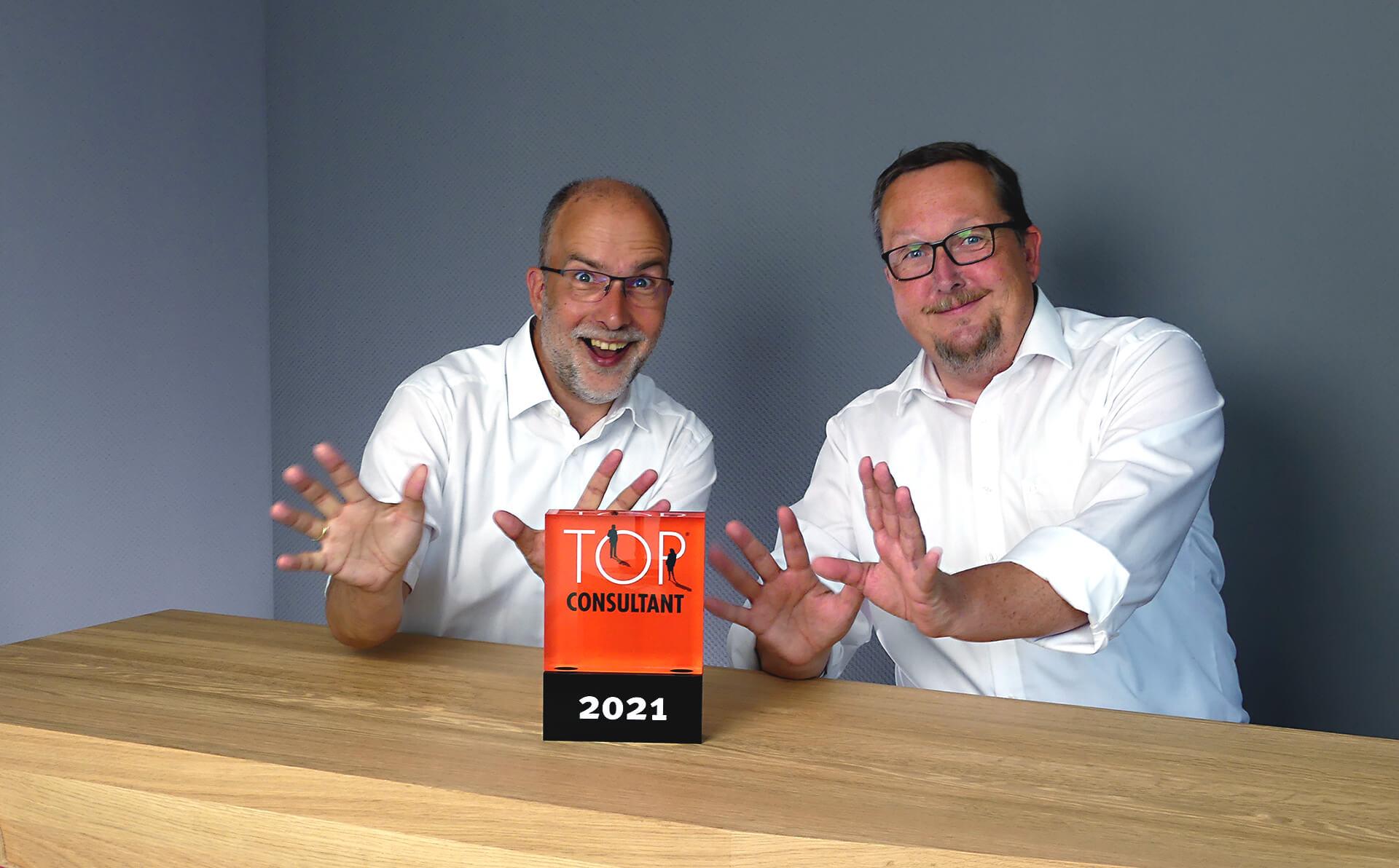 Die Geschäftsführer freuen sich über den Top Consultant Award